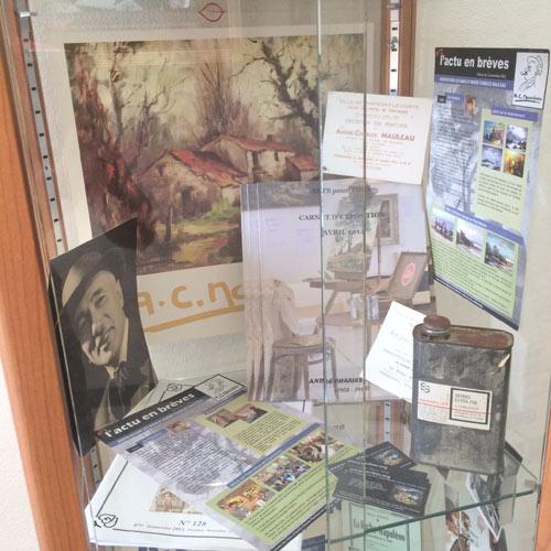 vitrine de l'exposition avec des objets du peintre