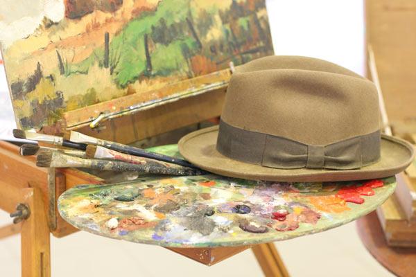 chapeau et pinceaux du peintre vendéen