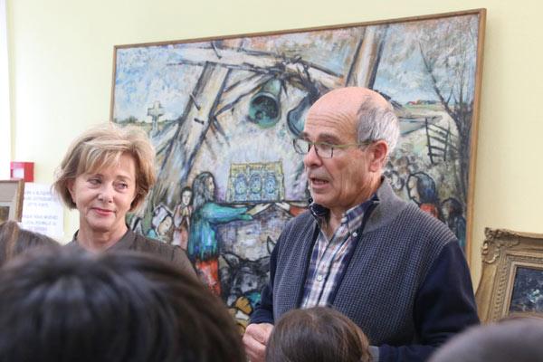 Bernard et Marie-Laure animent un atelier pour les enfants
